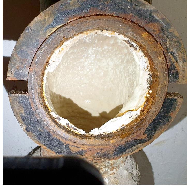 żeliwny pion po renowacji polimerem
